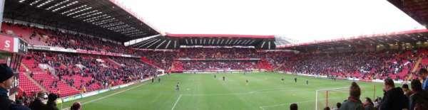 The Valley, vak: South Stand Block B, rij: M, stoel: 104