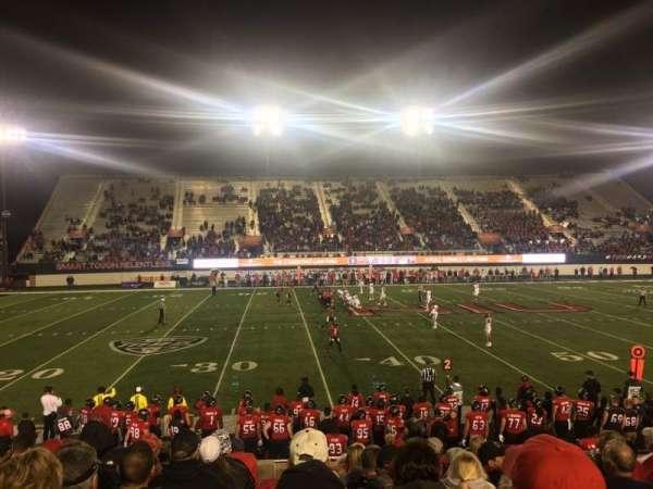 Huskie Stadium, vak: PREM E, rij: 10, stoel: 11