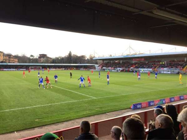 Broadfield Stadium, vak: Away Terrace, rij: Back Row