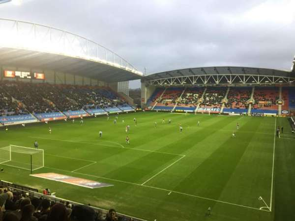 DW Stadium, vak: N2, rij: Y, stoel: 18