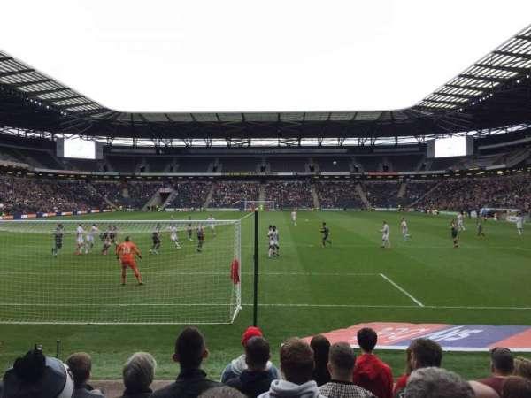 Stadium MK, vak: 32, rij: H, stoel: 904