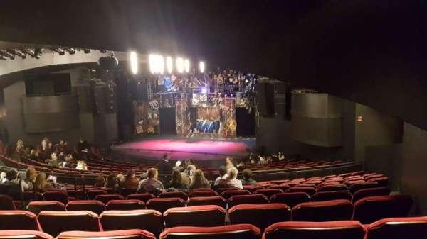 Broadway playhouse, vak: Right, rij: Q, stoel: 6