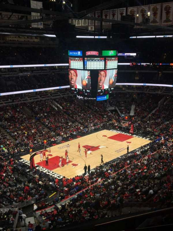 United Center, vak: 220, rij: 6, stoel: 5