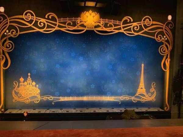 Broadhurst Theatre, vak: Mezzanine Center, rij: A, stoel: 106