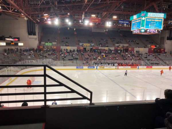 Sullivan Arena, vak: 208, rij: 3, stoel: 13