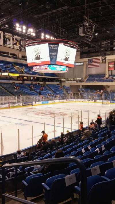 Mohegan Sun Arena at Casey Plaza, vak: 106, rij: M, stoel: 19